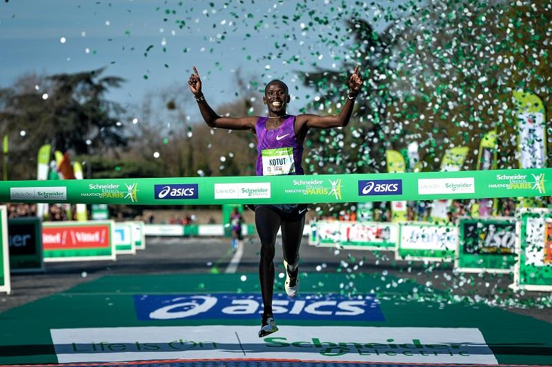 Marathon de Paris 2016 - Arrivée du Marathon - Cybrian KOTUT